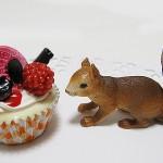 リスとカップケーキ